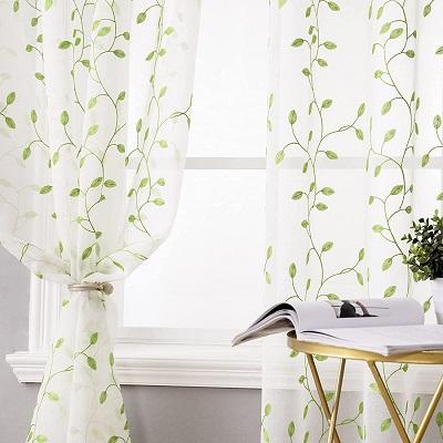 cortinas blancas con detalles estampados